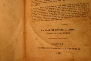 Página da primeira edição do Livro de Mórmon. Foto: John Hajicek.