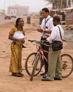 Missionários Mórmons voluntários são sustentados pelas próprias famílias ou congregações.
