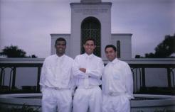 Eu [centro] e amigos no Templo de São Paulo
