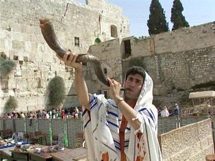 Tocando um shofar, feito de chifre de carneiro, anuncia-se o sacrifício de pessach