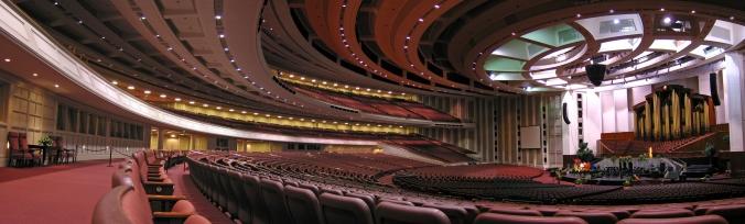 Vista panorâmica do interior do Centro de Conferências de A Igreja de Jesus Cristo dos Santos dos Últimos Dias