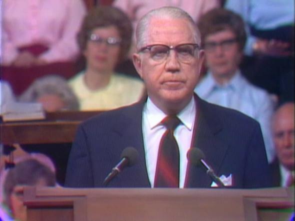 Sterling W. Sill discursando na Conferência Geral de 1974, serviu como Assistente do Quórum dos Doze (1954-1976) e no Primeiro Quórum dos Setenta (1976-1978)