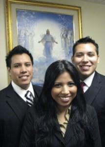 Três irmãos Sioux saindo para servir como missionários SUD. Quem acha que eles ficarão brancos e loiros se forem mais fiéis?