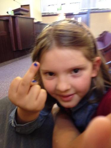 Aos que gostam de criticar os hábitos paternais dos outros, a pequena Caitlin Jennings têm uma mensagem pra vocês.
