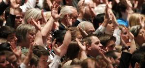 Voto de apoio durante a Conferência geral. Imagem: Deseret News.