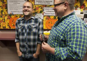 Casal aguarda certidão de casamento em Salt Lake, em 06 de outubro. Foto: Michelle Tessier/ Deseret News.