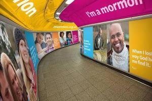 Publicidade em Londres, Inglaterra. Imagem: Deseret News.