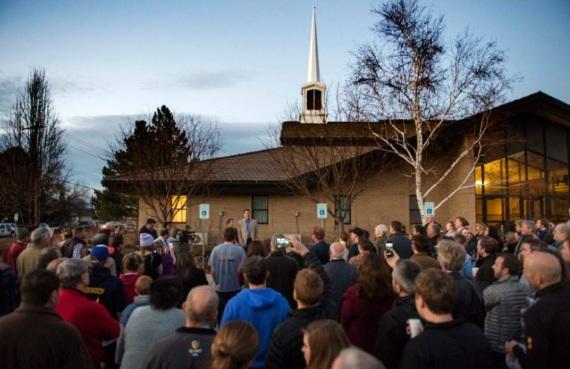 """John Dehlin e esposa conversam com 200 amigos enquanto aguardam sua """"corte de amor"""". (Foto por Rick Egan do The Salt Lake Tribune)"""