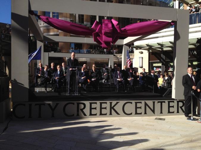 Presidente Henry B. Eyring, 1o conselheiro na Primeira Presidência, discursa durante a inauguração do shopping City Creek Center, que a Igreja construiu e possuí, mas que aqui no Brasil nega existir!