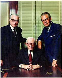 A Primeira Presidência à época: presidente Joseph Fielding Smith e seus conselheiros President Harold B. Lee, e Eldon Tanner.