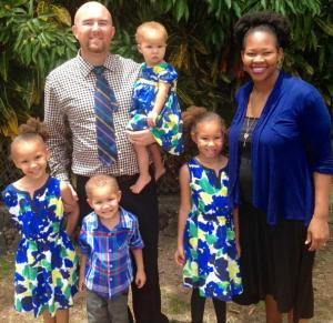 O casal Brian e Ezinne Dawson com seus filhos