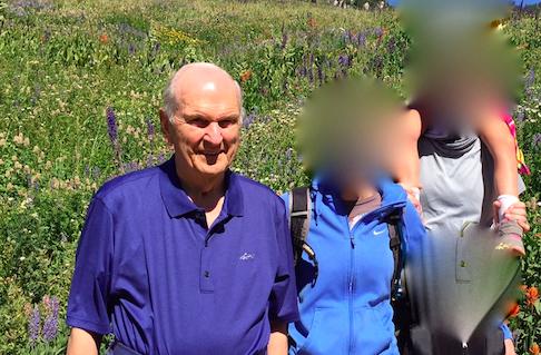 Família esbarra em Russell Nelson durante trilha e aproveitam oportunidade para uma lição pessoal sobre doutrina Mórmon. Rostos da família borradas para proteger suas identidades.