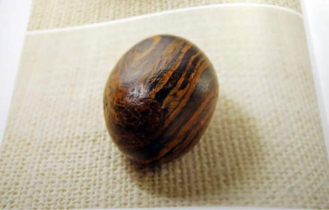 A pedra tem tamanho próximo ao de um ovo. (Imagem: Rick Bowmer/AP)