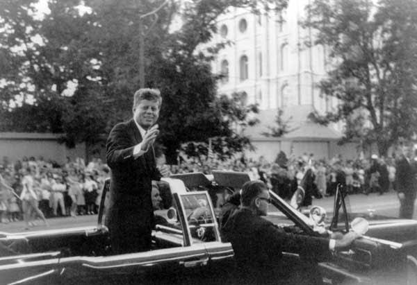 John F. Kennedy acena à multidão Mórmon em frente ao templo de Lago Salgado