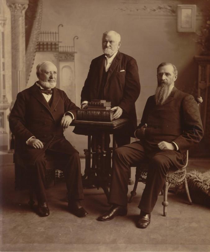 A Primeira Presidência que aprovou o Manifesto: Presidente Wilford Woodruff (centro) com seus conselheiros George Q. Cannon (esq.) e Joseph F. Smith (dir.)