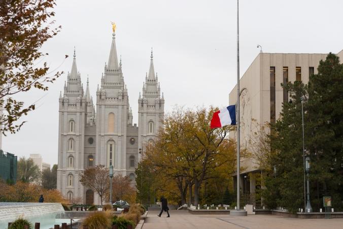 Mórmons. Bandeira da França. Atentado terrorista. Salt Lake. Paris.