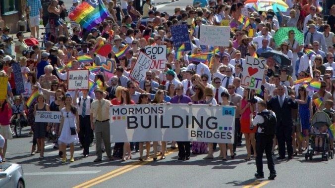 Mórmons manifestando a favor de tratamento igual e ético para membros LGBT