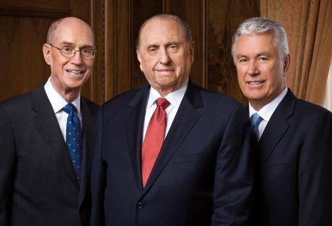 A Primeira Presidência em 2015: Thomas S Monson, com Henry B Eyring à esquerda e Dieter F Uchtdor à direita da foto