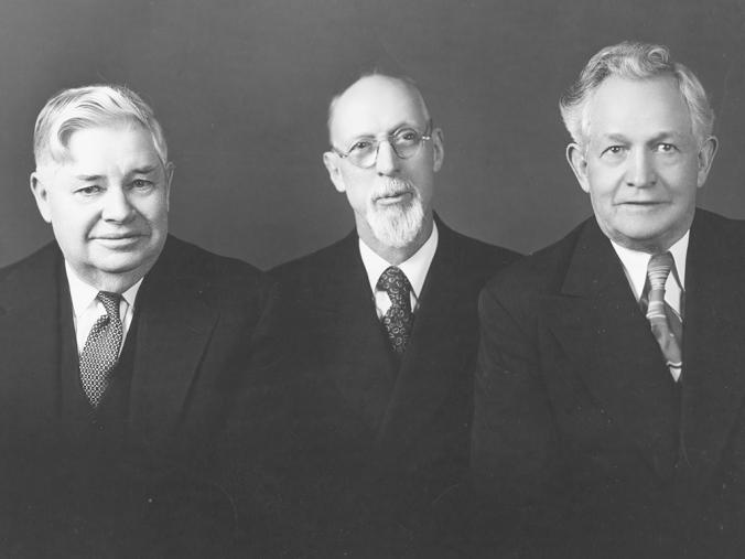 A Primeira Presidência d'A Igreja de Jesus Cristo dos Santos dos Últimos Dias em 1947: George Albert Smith ladeado por seu conselheiros, J. Reuben Clark, jr. à esquerda e David O. McKay à direita