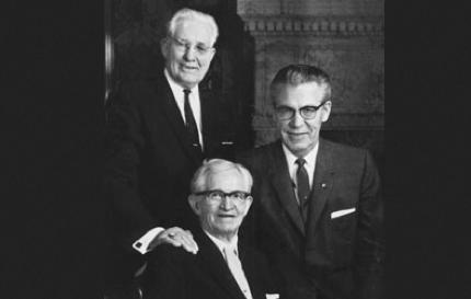 A Primeira Presidência d'A Igreja de Jesus Cristo dos Santos dos Últimos Dias em 1969: David O. McKay, sentado e ladeado por seu conselheiros, Hugh B. Brown à esquerda da foto e N. Eldon Tanner à direita