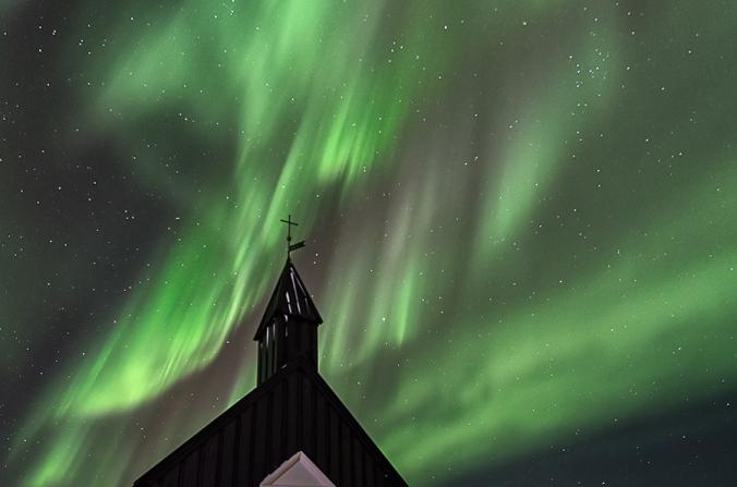 Igreja islandesa com aurora boreal ao fundo (Imagem: Diana Robinson)