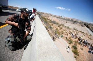 Miliciano vigiando forças policiais em Nevada, em 2014. (Imagem: Jim Urquhart/Reuters)