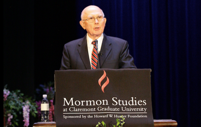Dallin H. Oaks discursando na Universidade de Claremont. © 2015 by Intellectual Reserve, Inc. All rights reserved.