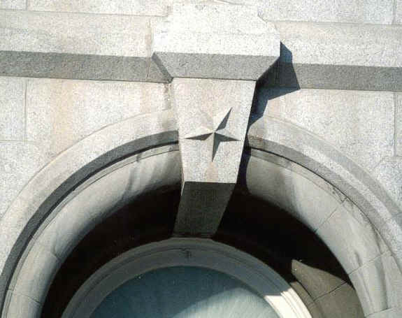 Pentagramas invertidos nas janelas do Templo de Lago Salgado