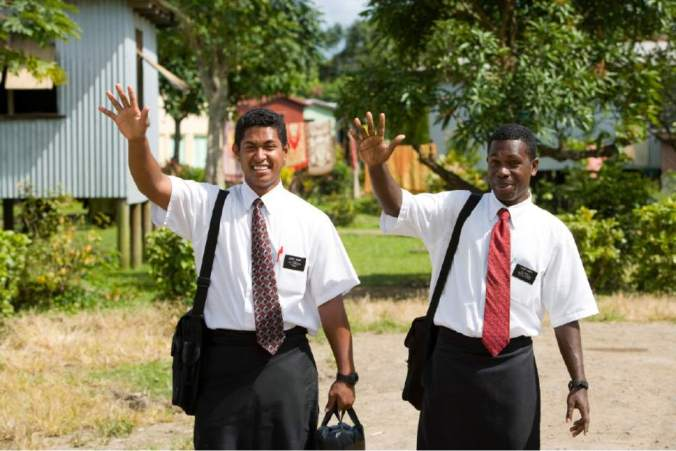 Missionários SUD em Fiji (Foto cortesia d'A Igreja de Jesus Cristo dos Santos dos Últimos Dias, republicada no artigo do The Salt Lake Tribune citado neste)