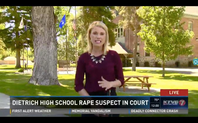 Jornalista da KBTV explica o caso, com a escola ao fundo (Fonte: Print KBTV)