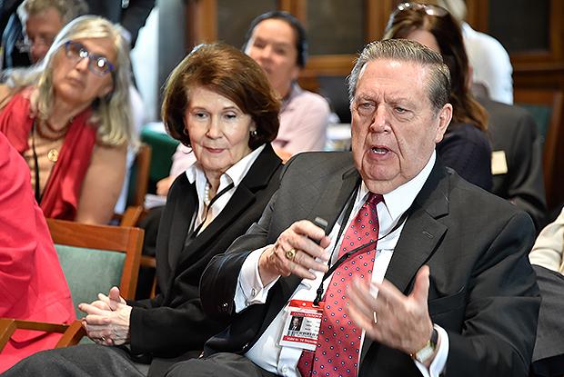 Jeffrey R. Holland  ao lado da esposa Patricia T. Holland, durante o evento. | Imagem: lds.org