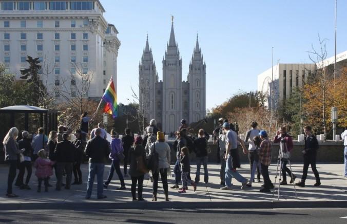 Membros da Igreja SUD pedem resignação em protesto a política homofóbica da Igreja de discriminar contra crianças em famílias LGBT, em frente ao histórico templo de Salt Lake City, 14 Nov 2015. (Jim Urquhart/Reuters)