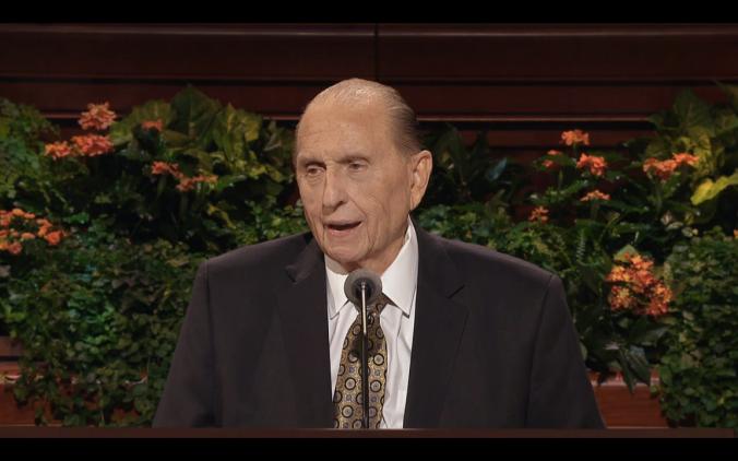 Thomas Monson, discursando na Sessão do Sacerdócio da 186a Conferência Geral Semi-anual (Fonte: Print do vídeo da transmissão oficial)