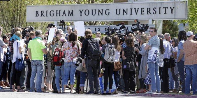 Alunas protestam em abril de 2016 contra as políticas oficias da BYU que punem vítimas de violência sexual