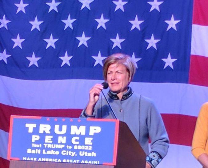 Julie Beck, a 15a Presidente Geral da Sociedade de Socorro e membro do conselho do Sistema Educacional da Igreja, em campanha por Donald Trump