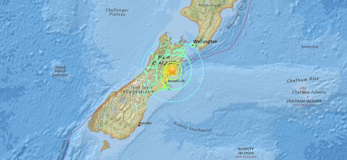 Mapa da Nova Zelândia indicando epicentro do terremoto de magnitude 7,8 do dia 14 de novembro de 2016. Linha vermelha cruzando o mapa indica falha tectônica da margem sul da Placa do Pacífico (Mapa: USGS)